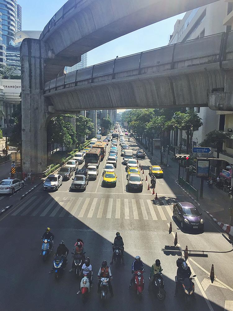 пробка, уходящая за горизонт - обычное дело в Бангкоке