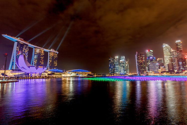 Marina Bay Sands - самый известный отель в Сингапуре - вечером