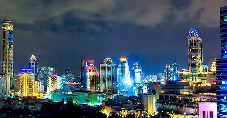 вечерний вид на деловой центр Бангкока