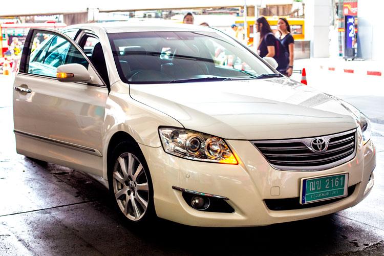 Белое такси Uber Бангкок