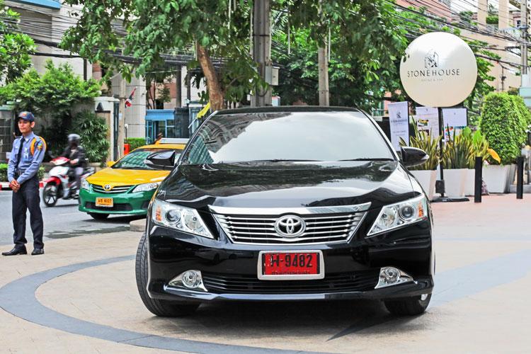 новенькая черная Toyota Camry в качестве такси в Uber Бангкок