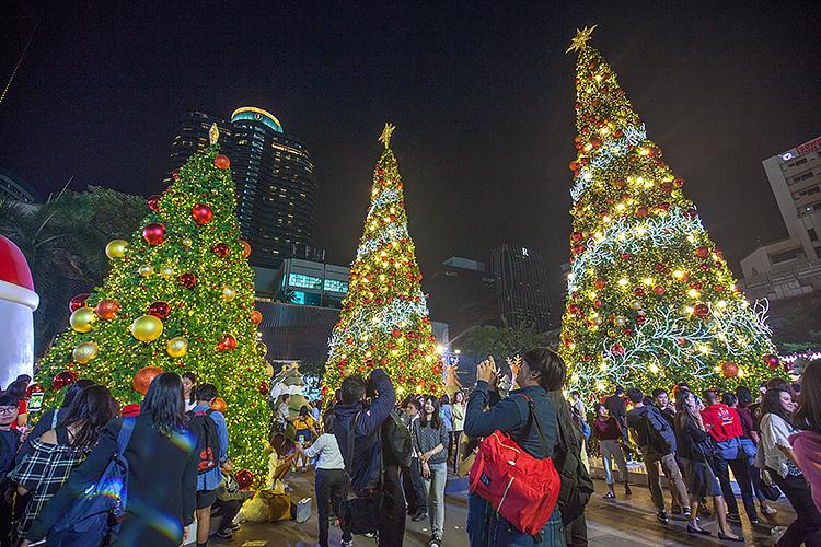 Новогодние елки возле ТЦ Central World