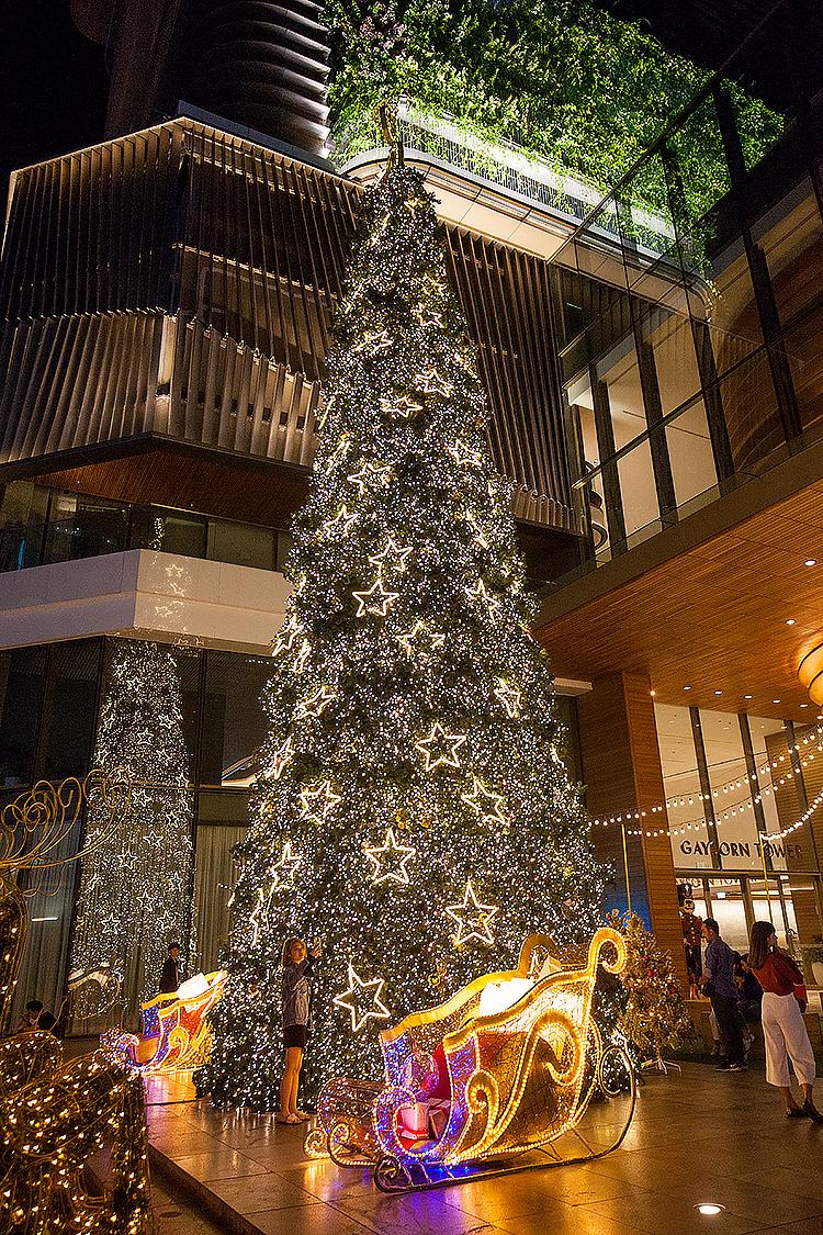 Новогодняя елка возде ТЦ Gaysorn