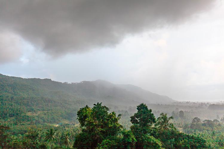 Вид на склоны Самуи во время дождя